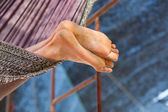Uomo rilassante amaca, vacanze pigre — Foto Stock