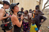 Occidental women interacting with African children in Mali — Stock Photo