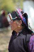 Tibetan lady praying at the Palkhor Monastery in Lhasa — Stock Photo