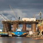 ドッキングの石油リグ建設グダニスク造船所 — ストック写真 #35788795