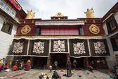 Group of Tibetan people praying at the Jokhang Temple in Lhasa — Stock Photo