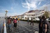 Tibetan prayers praying around the Potala Palace in Lhasa, Tibet — Stock Photo