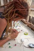 Elektrik donanımları üzerinde çalışan kadın — Stok fotoğraf