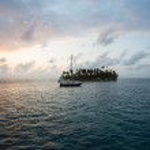 Sailing with beautiful sunset near paradise island, San Blas — Stock Photo