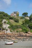 Huis en kleine boten op brehat eiland in bretagne — Stockfoto