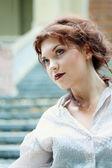 Joven mujer sexy hermosa al aire libre — Foto de Stock