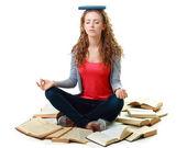 Schüler Mädchen sitzen und meditieren mit Bücher — Stockfoto