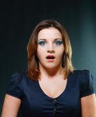 Mladá žena překvapená s něco špatného — Stock fotografie