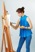 Pintor de mulheres com cavalete — Fotografia Stock