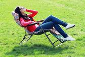 Vrouw ontspannen op de ligstoel — Stockfoto
