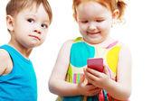 Niño y niña jugando con el móvil — Foto de Stock