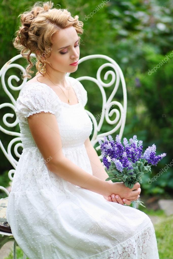 美丽个人女人新娘坐在户外复古的
