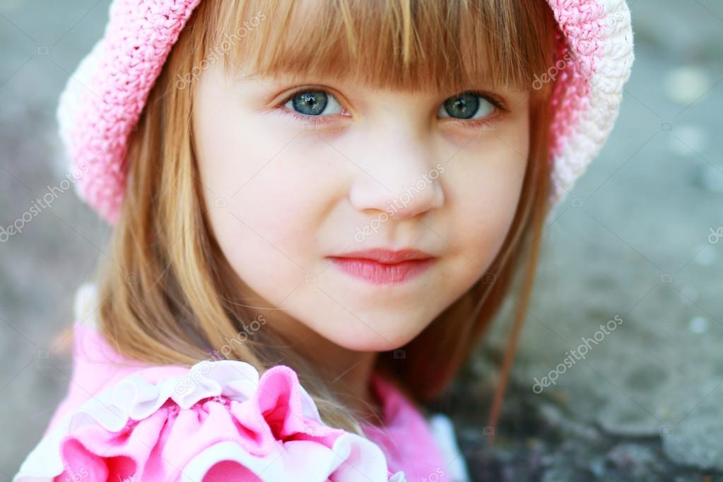 可爱的小女孩在夏天户外采取特写