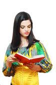 Czytanie książki kobieta — Zdjęcie stockowe