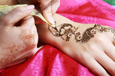 Henna wird angewendet zur hand — Stockfoto
