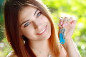 Young woman holding up a set of keys — Stock Photo