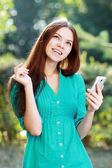 Telefon kullanan kadın — Stok fotoğraf