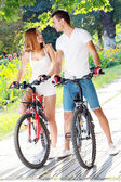 Par med sina cyklar — Stockfoto