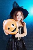 Jeune fille en costume d'halloween de sorcière — Photo