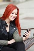 Mujer chateando en móvil — Foto de Stock