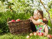 Bambina con un cesto di mele rosse — Foto Stock