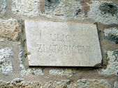 Nameplate Zlatariceva narrow street in the old town of Dubrovnik — Stock Photo