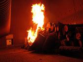 Fuego en la parrilla de la rejilla caldera — Foto de Stock