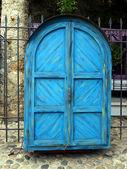 Puerta azul del gabinete como un puesto de calle cerrado en mostar — Foto de Stock