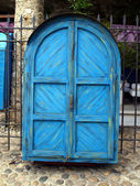 Blue door cabinet as a closed street stall in Mostar — Stock Photo