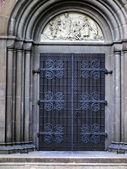 Decorative door in the facade of one of the churches — Stockfoto