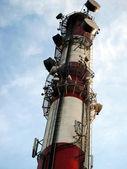 Altezza Camino industriale come antenne albero della telefonia mobile — Foto Stock
