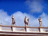 Statues of saints around St. Peter's Square in Vatican City — Stock Photo