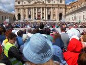 Roma, Vaticano - 28 de abril de 2014: peregrinos polacos escuchen el ma — Foto de Stock