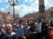 ROME, VATICAN - April 28, 2014: polish pilgrims listen to the ma — Stock Photo