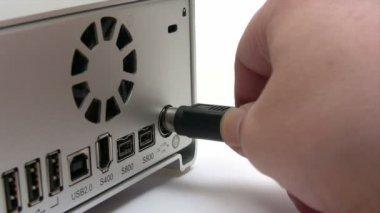 Pc-kabel einstecken — Stockvideo