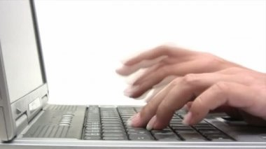 πληκτρολογώντας σε ένα φορητό υπολογιστή — Αρχείο Βίντεο