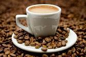 Espresso na ziarna kawy — Zdjęcie stockowe