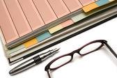 Složka, pero a brýle — Stock fotografie