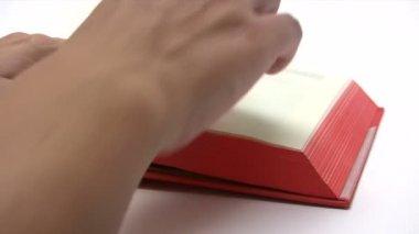 En un libro de lectura — Vídeo de Stock