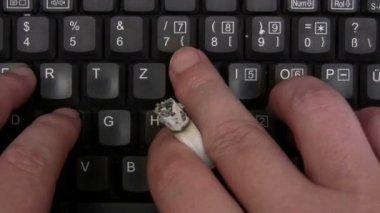 Fumar mientras se escribe — Vídeo de stock