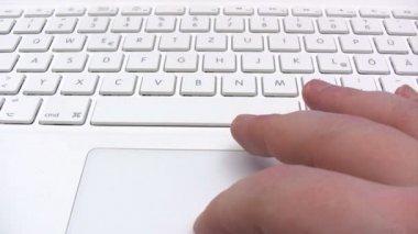 Beyaz bir dizüstü bilgisayar üzerinde çalışan — Stok video