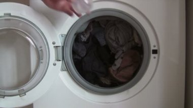 Putting Detergent into the Washing Machine — Vídeo Stock