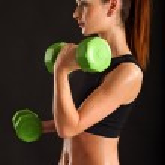 jeune femme exerçant avec des poids — Photo