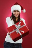 Jeune femme tenant en cadeau de Noël — Photo