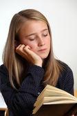 Jovem estudante lendo — Foto Stock