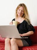Navegar por internet en casa — Foto de Stock