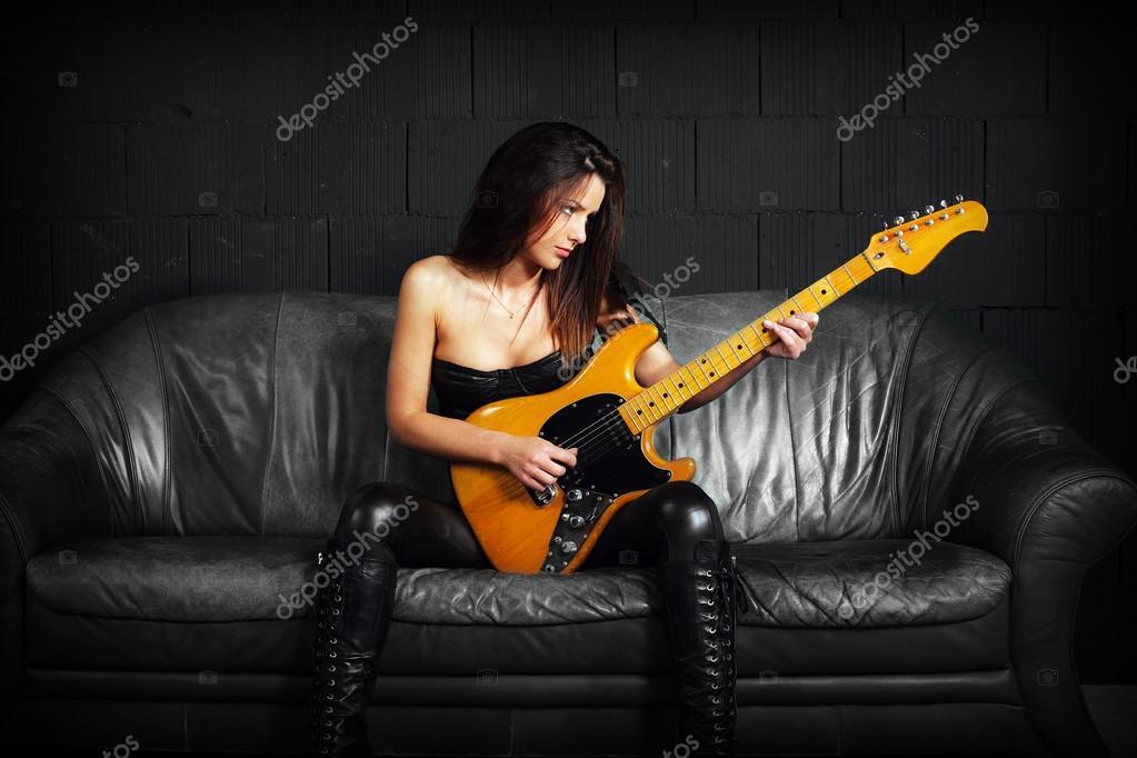 Femme Guitariste Assis Sur Un Canape En Cuir Photo 29699307