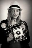 Güzel kadın retro fotoğrafçı — Stok fotoğraf