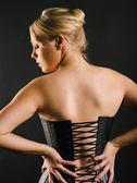 Linda loira vestindo espartilho de couro — Fotografia Stock