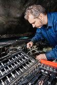 Mechaniker, die befestigung eines motors — Stockfoto